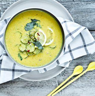 Courgettesoep met gele currypasta
