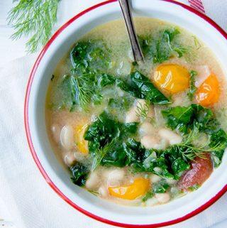 Soep van de boerenkool, witte bonen en kerstomaatjes