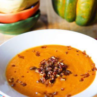 Pittige pompoensoep met rode linzen en feta