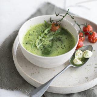 Soepje van courgette en rucola met tomaat en mozzarella