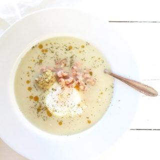 Romige aspergesoep met garnalen en gepocheerd eitje