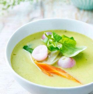 Romige soep van jonge sla en lentegroen