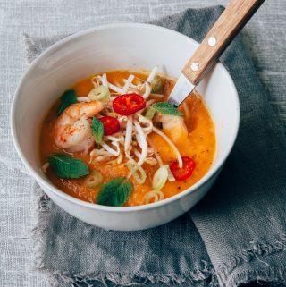 Aziatische zoete aardappelsoep met wortel en garnalen
