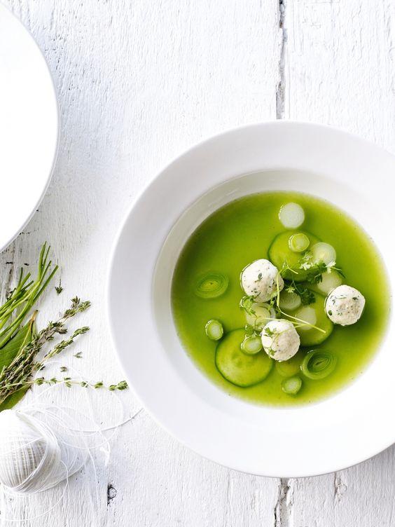 Groene-groentebouillon met kervel-ricottaballetjes