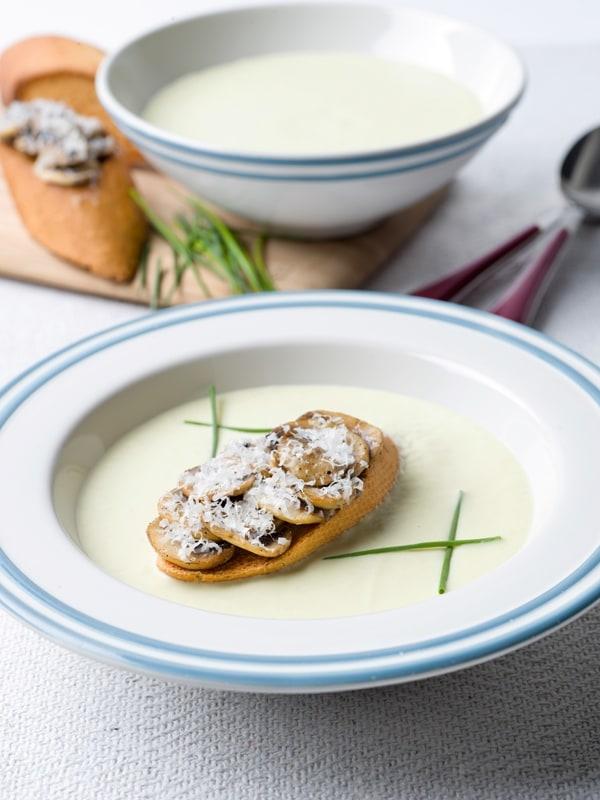 Preiroomsoep met toast champignon