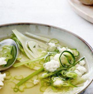 Vegetarische bouillonsoep boordevol groenten