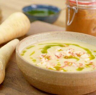 Pastinaaksoep met miso, korianderolie en rivierkreeftjes
