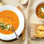 Geroosterde tomaat-paprikasoep met zure room en gegratineerde broodstengels