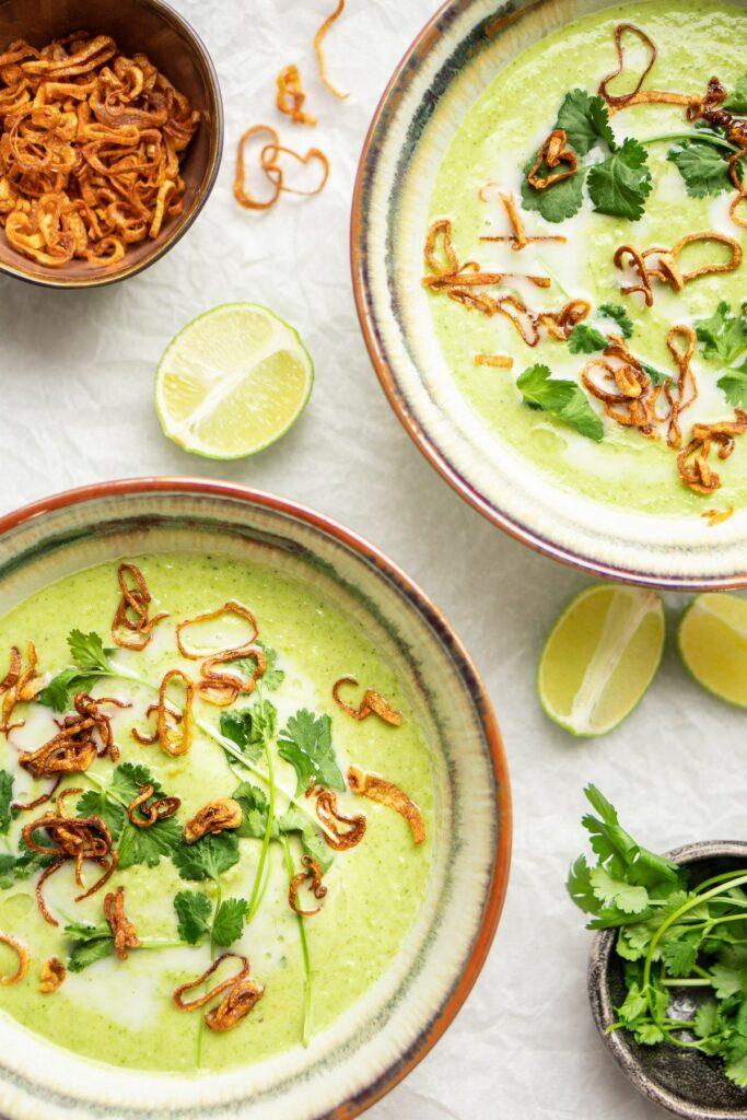 Geurige Thaise broccolisoep met kokosmelka